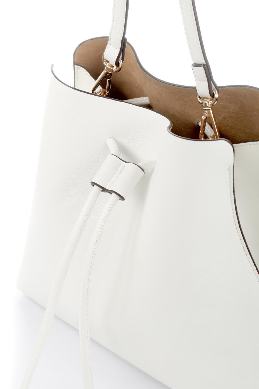 meliebiancoのLeia(White)ビーガンレザー・巾着バッグ/海外ファッション好きにオススメのインポートバッグとかばん、MelieBianco(メリービアンコ)のバッグやショルダーバッグ。巾着タイプのディテールが可愛いショルダーバッグ。サイトのマチ部分がスリットのようなアクセントになっています。/main-5