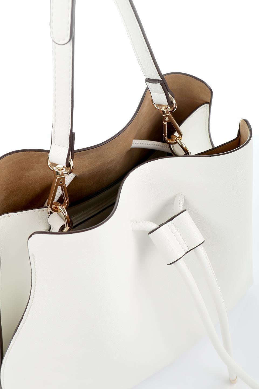 meliebiancoのLeia(White)ビーガンレザー・巾着バッグ/海外ファッション好きにオススメのインポートバッグとかばん、MelieBianco(メリービアンコ)のバッグやショルダーバッグ。巾着タイプのディテールが可愛いショルダーバッグ。サイトのマチ部分がスリットのようなアクセントになっています。/main-6