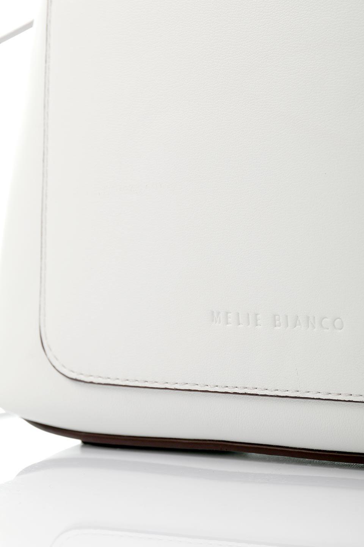 meliebiancoのLeia(White)ビーガンレザー・巾着バッグ/海外ファッション好きにオススメのインポートバッグとかばん、MelieBianco(メリービアンコ)のバッグやショルダーバッグ。巾着タイプのディテールが可愛いショルダーバッグ。サイトのマチ部分がスリットのようなアクセントになっています。/main-8