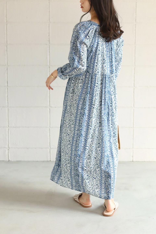 FloralPrintedPanelDress小花柄・パネルワンピース大人カジュアルに最適な海外ファッションのothers(その他インポートアイテム)のワンピースやマキシワンピース。オリエンタルな雰囲気のパネルプリントが魅力的なワンピース。インド綿ならではの柔らかで涼しげな素材感は、軽くて着心地も抜群。/main-25
