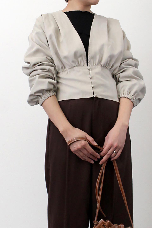 WideWaistRibbonTieBlouseワイドウエスト・バックリボンブラウス大人カジュアルに最適な海外ファッションのothers(その他インポートアイテム)のトップスやシャツ・ブラウス。桃の表面のようなピーチスキン加工の長袖ブラウス。ショート丈とワイドなウエストバンドでシルエットにメリハリができ、細見え効果のあるブラウスです。/main-18
