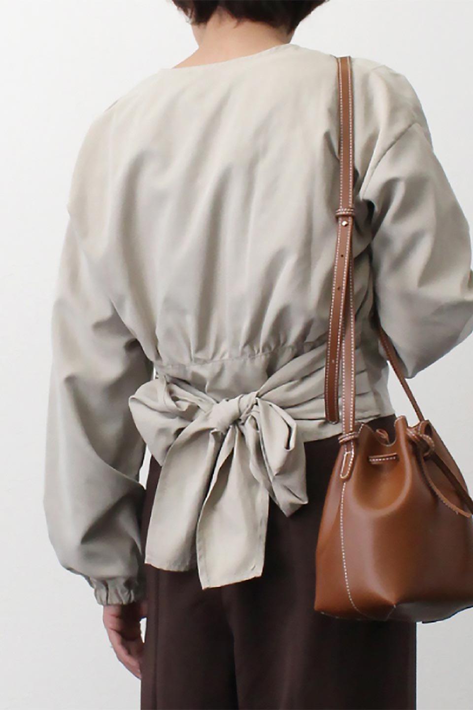 WideWaistRibbonTieBlouseワイドウエスト・バックリボンブラウス大人カジュアルに最適な海外ファッションのothers(その他インポートアイテム)のトップスやシャツ・ブラウス。桃の表面のようなピーチスキン加工の長袖ブラウス。ショート丈とワイドなウエストバンドでシルエットにメリハリができ、細見え効果のあるブラウスです。/main-19