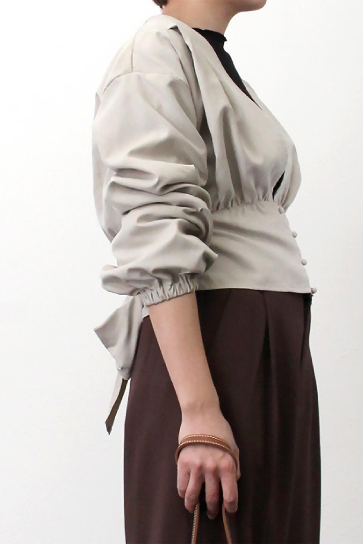 WideWaistRibbonTieBlouseワイドウエスト・バックリボンブラウス大人カジュアルに最適な海外ファッションのothers(その他インポートアイテム)のトップスやシャツ・ブラウス。桃の表面のようなピーチスキン加工の長袖ブラウス。ショート丈とワイドなウエストバンドでシルエットにメリハリができ、細見え効果のあるブラウスです。/main-20