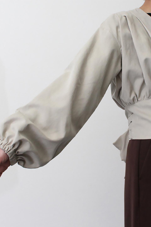 WideWaistRibbonTieBlouseワイドウエスト・バックリボンブラウス大人カジュアルに最適な海外ファッションのothers(その他インポートアイテム)のトップスやシャツ・ブラウス。桃の表面のようなピーチスキン加工の長袖ブラウス。ショート丈とワイドなウエストバンドでシルエットにメリハリができ、細見え効果のあるブラウスです。/main-22