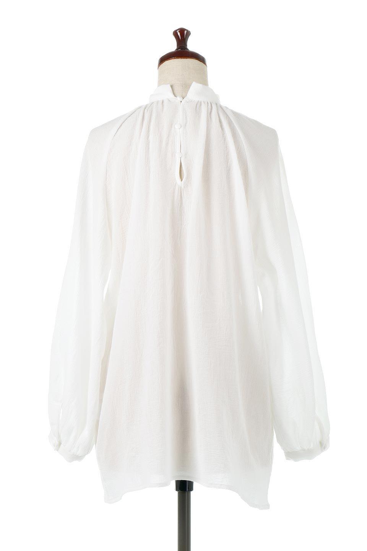 GatheredneckSheerBlouseギャザーネック・長袖シアーブラウス大人カジュアルに最適な海外ファッションのothers(その他インポートアイテム)のトップスやシャツ・ブラウス。今季大人気の透け感のあるシアー素材を使用した長袖ブラウス。ゆったり目のシルエットはそのまま着ても、ブラウジングしても楽しめます。/main-4