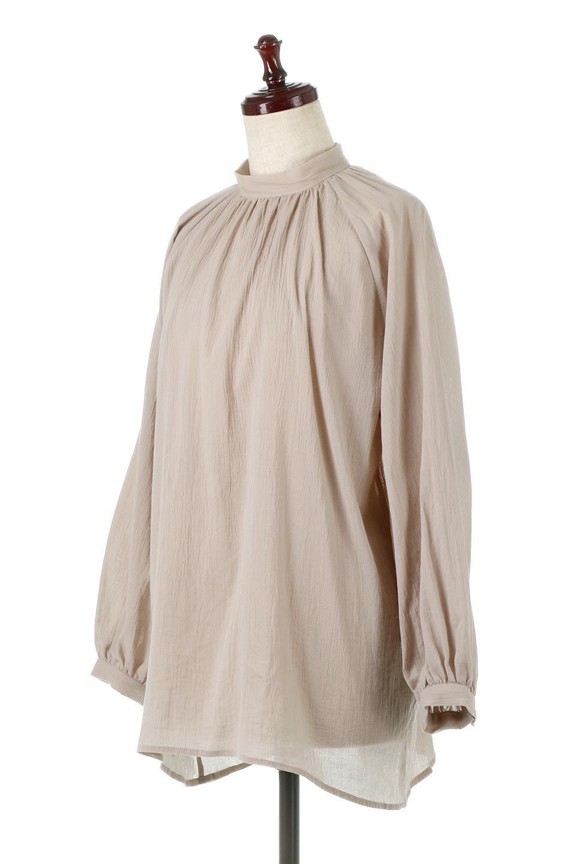 GatheredneckSheerBlouseギャザーネック・長袖シアーブラウス大人カジュアルに最適な海外ファッションのothers(その他インポートアイテム)のトップスやシャツ・ブラウス。今季大人気の透け感のあるシアー素材を使用した長袖ブラウス。ゆったり目のシルエットはそのまま着ても、ブラウジングしても楽しめます。/main-6