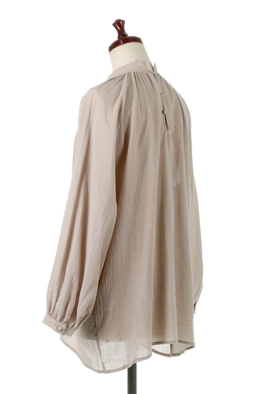 GatheredneckSheerBlouseギャザーネック・長袖シアーブラウス大人カジュアルに最適な海外ファッションのothers(その他インポートアイテム)のトップスやシャツ・ブラウス。今季大人気の透け感のあるシアー素材を使用した長袖ブラウス。ゆったり目のシルエットはそのまま着ても、ブラウジングしても楽しめます。/main-8