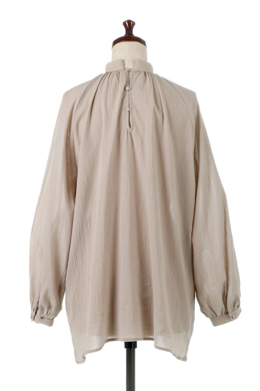 GatheredneckSheerBlouseギャザーネック・長袖シアーブラウス大人カジュアルに最適な海外ファッションのothers(その他インポートアイテム)のトップスやシャツ・ブラウス。今季大人気の透け感のあるシアー素材を使用した長袖ブラウス。ゆったり目のシルエットはそのまま着ても、ブラウジングしても楽しめます。/main-9