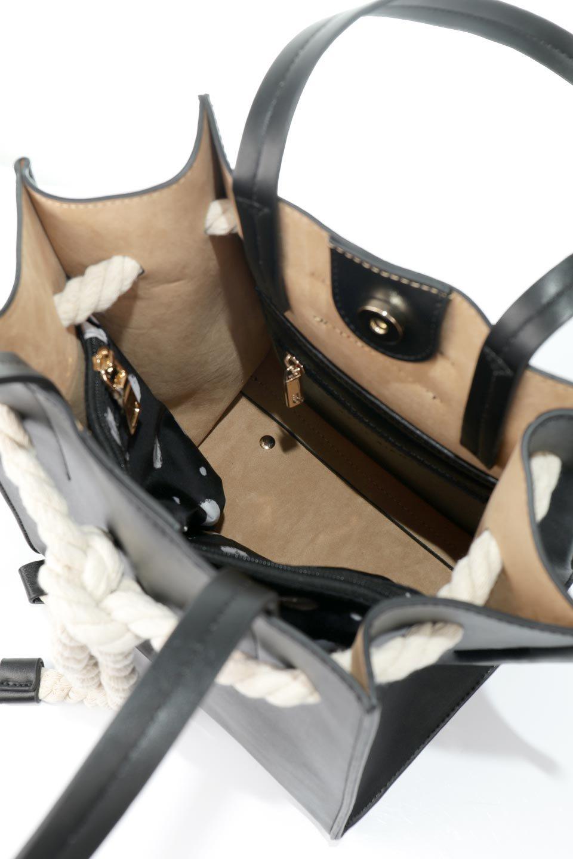 meliebiancoのMonica(Black)ロープモチーフ・トートバッグ/海外ファッション好きにオススメのインポートバッグとかばん、MelieBianco(メリービアンコ)のバッグやトートバッグ。マリンテイストのロープが可愛い巾着タイプのトートバッグ。可愛らしいデザインの中は仕切りを兼ねたポケットが使いやすい便利な構造。/main-13