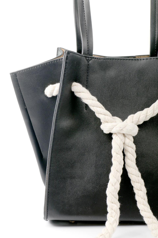 meliebiancoのMonica(Black)ロープモチーフ・トートバッグ/海外ファッション好きにオススメのインポートバッグとかばん、MelieBianco(メリービアンコ)のバッグやトートバッグ。マリンテイストのロープが可愛い巾着タイプのトートバッグ。可愛らしいデザインの中は仕切りを兼ねたポケットが使いやすい便利な構造。/main-5