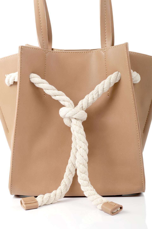 meliebiancoのMonica(Tan)ロープモチーフ・トートバッグ/海外ファッション好きにオススメのインポートバッグとかばん、MelieBianco(メリービアンコ)のバッグやトートバッグ。マリンテイストのロープが可愛い巾着タイプのトートバッグ。可愛らしいデザインの中は仕切りを兼ねたポケットが使いやすい便利な構造。/main-5