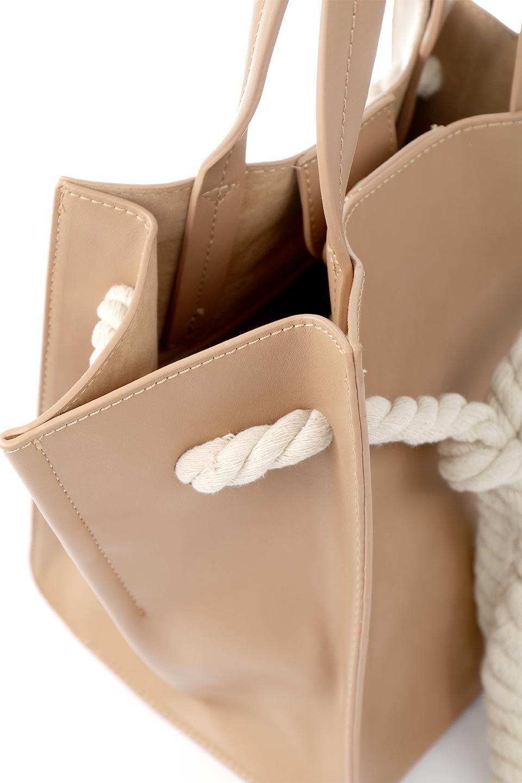 meliebiancoのMonica(Tan)ロープモチーフ・トートバッグ/海外ファッション好きにオススメのインポートバッグとかばん、MelieBianco(メリービアンコ)のバッグやトートバッグ。マリンテイストのロープが可愛い巾着タイプのトートバッグ。可愛らしいデザインの中は仕切りを兼ねたポケットが使いやすい便利な構造。/main-6
