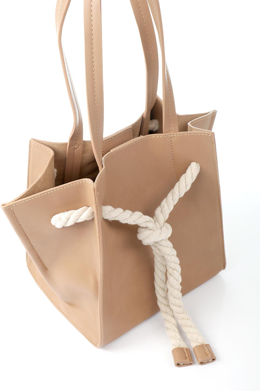 meliebiancoのMonica(Tan)ロープモチーフ・トートバッグ/海外ファッション好きにオススメのインポートバッグとかばん、MelieBianco(メリービアンコ)のバッグやトートバッグ。マリンテイストのロープが可愛い巾着タイプのトートバッグ。可愛らしいデザインの中は仕切りを兼ねたポケットが使いやすい便利な構造。/main-8