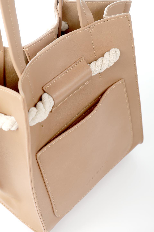 meliebiancoのMonica(Tan)ロープモチーフ・トートバッグ/海外ファッション好きにオススメのインポートバッグとかばん、MelieBianco(メリービアンコ)のバッグやトートバッグ。マリンテイストのロープが可愛い巾着タイプのトートバッグ。可愛らしいデザインの中は仕切りを兼ねたポケットが使いやすい便利な構造。/main-9
