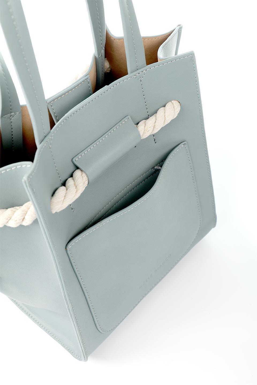 meliebiancoのMonica(Blue)ロープモチーフ・トートバッグ/海外ファッション好きにオススメのインポートバッグとかばん、MelieBianco(メリービアンコ)のバッグやトートバッグ。マリンテイストのロープが可愛い巾着タイプのトートバッグ。可愛らしいデザインの中は仕切りを兼ねたポケットが使いやすい便利な構造。/main-10