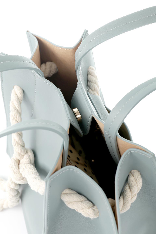meliebiancoのMonica(Blue)ロープモチーフ・トートバッグ/海外ファッション好きにオススメのインポートバッグとかばん、MelieBianco(メリービアンコ)のバッグやトートバッグ。マリンテイストのロープが可愛い巾着タイプのトートバッグ。可愛らしいデザインの中は仕切りを兼ねたポケットが使いやすい便利な構造。/main-11