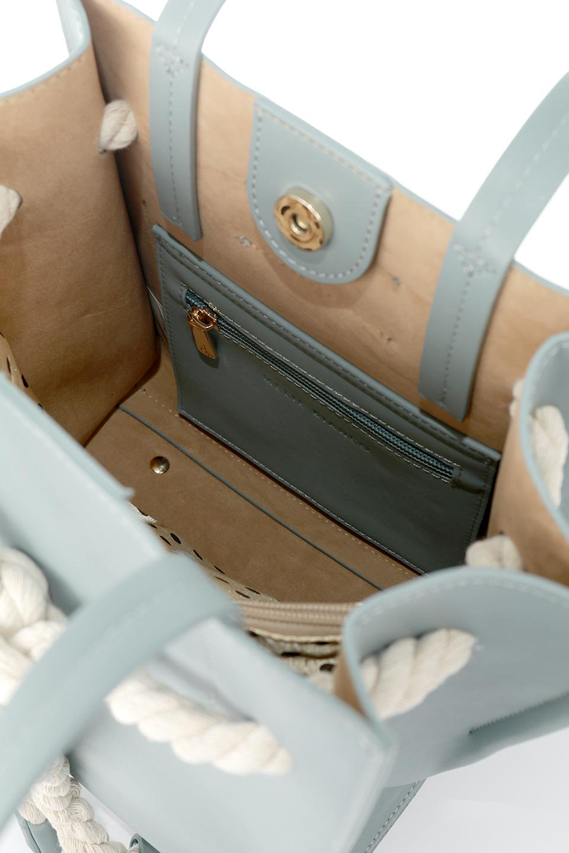 meliebiancoのMonica(Blue)ロープモチーフ・トートバッグ/海外ファッション好きにオススメのインポートバッグとかばん、MelieBianco(メリービアンコ)のバッグやトートバッグ。マリンテイストのロープが可愛い巾着タイプのトートバッグ。可愛らしいデザインの中は仕切りを兼ねたポケットが使いやすい便利な構造。/main-15