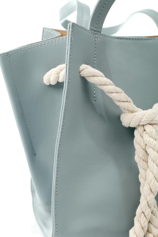 meliebiancoのMonica(Blue)ロープモチーフ・トートバッグ/海外ファッション好きにオススメのインポートバッグとかばん、MelieBianco(メリービアンコ)のバッグやトートバッグ。マリンテイストのロープが可愛い巾着タイプのトートバッグ。可愛らしいデザインの中は仕切りを兼ねたポケットが使いやすい便利な構造。/main-7