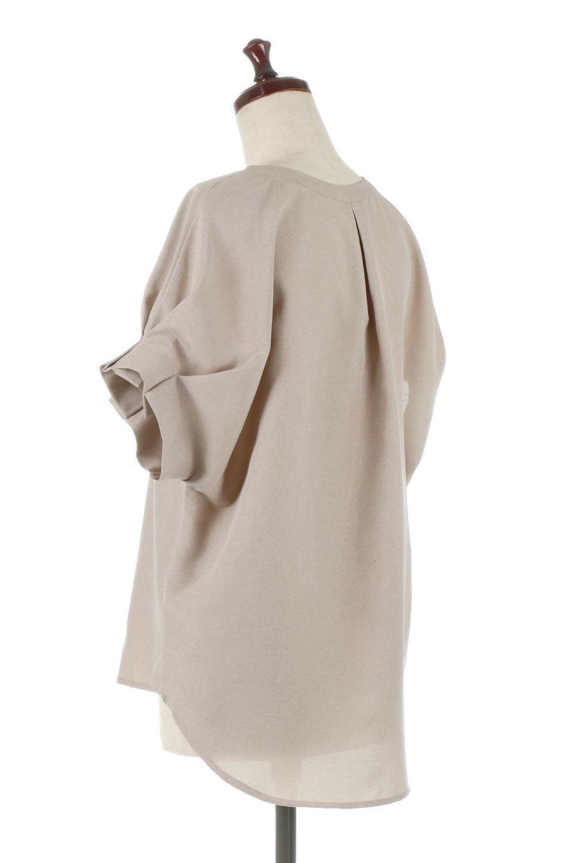 TackSleeveCollarlessBlouseタックスリーブ・ノーカラーブラウス大人カジュアルに最適な海外ファッションのothers(その他インポートアイテム)のトップスやシャツ・ブラウス。杢調のリネンライクな素材を使用したスキッパーブラウス。シンプルですが袖や後身頃のタックデザインで上品な雰囲気を演出します。/main-3