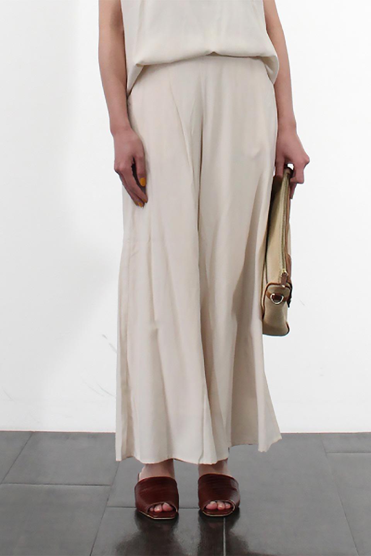 SoftTwillCroppedFlarePantsソフトツイル・フレアパンツ大人カジュアルに最適な海外ファッションのothers(その他インポートアイテム)のボトムやパンツ。サラサラの生地が涼しげなクロップドワイドパンツ。若干透け感のある素材ですが、同色のサテンの裏地付きなので安心です。/main-23