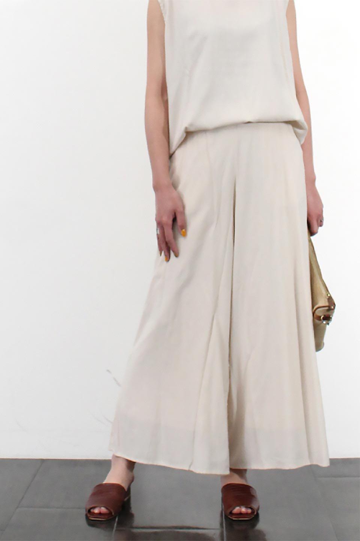 SoftTwillCroppedFlarePantsソフトツイル・フレアパンツ大人カジュアルに最適な海外ファッションのothers(その他インポートアイテム)のボトムやパンツ。サラサラの生地が涼しげなクロップドワイドパンツ。若干透け感のある素材ですが、同色のサテンの裏地付きなので安心です。/main-24