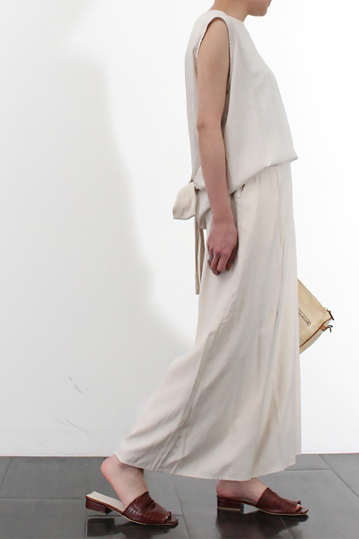 SoftTwillCroppedFlarePantsソフトツイル・フレアパンツ大人カジュアルに最適な海外ファッションのothers(その他インポートアイテム)のボトムやパンツ。サラサラの生地が涼しげなクロップドワイドパンツ。若干透け感のある素材ですが、同色のサテンの裏地付きなので安心です。/main-25