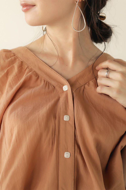 VoluminousSleeveBlouseボリュームスリーブ・ブラウス大人カジュアルに最適な海外ファッションのothers(その他インポートアイテム)のトップスやシャツ・ブラウス。ボリュームがありながらも軽やかな素材で清涼感溢れるエアリーブラウス。綿100%の素材を使用しているので着心地も良くストレスフリーのトップスです。/main-27