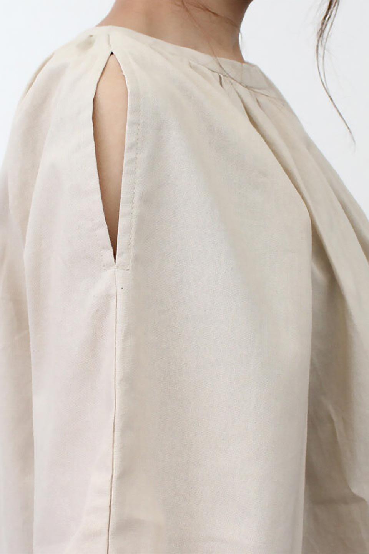 SlitShoulderSleeveBlouseスリットショルダー・ギャザーブラウス大人カジュアルに最適な海外ファッションのothers(その他インポートアイテム)のトップスやシャツ・ブラウス。ルーズシルエットに肩のスリットがポイントのコットンブラウス。首周りのギャザーも可愛い合わせやすいブラウスです。/main-25