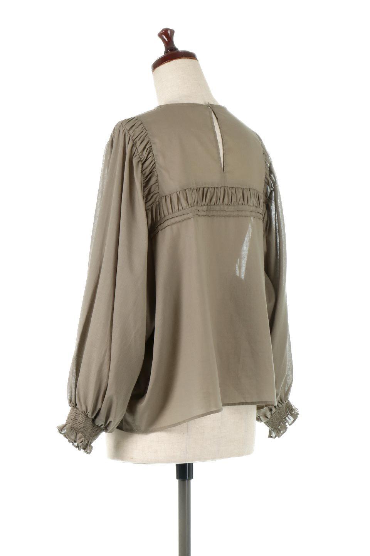 BalloonSleeveSemiSheerBlouseバルーンスリーブ・シアーブラウス大人カジュアルに最適な海外ファッションのothers(その他インポートアイテム)のトップスやシャツ・ブラウス。ボリュームのある袖が特徴的なトレンド感のあるブラウス。胸元と肩には生地を寄せながら柄を作っており、柔らかいイメージを表現しています。/main-3