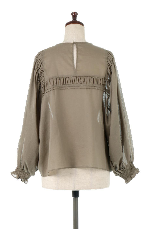 BalloonSleeveSemiSheerBlouseバルーンスリーブ・シアーブラウス大人カジュアルに最適な海外ファッションのothers(その他インポートアイテム)のトップスやシャツ・ブラウス。ボリュームのある袖が特徴的なトレンド感のあるブラウス。胸元と肩には生地を寄せながら柄を作っており、柔らかいイメージを表現しています。/main-4
