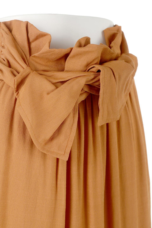 TwistedWaistNarrowSkirtツイストベルト・ナロースカート大人カジュアルに最適な海外ファッションのothers(その他インポートアイテム)のボトムやスカート。表面が凸凹しているので触り心地が少しざらつきがあるスラブ生地を用いたスカート。リボンを結んだようなウエストデザインがあるので、無地Tやシンプルなトップスと合わしてもこなれ感が出ます。/main-15