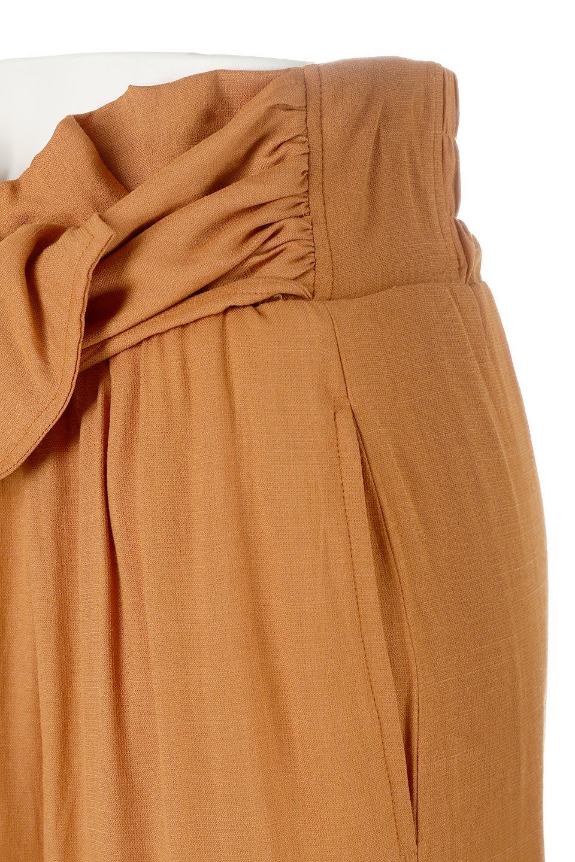 TwistedWaistNarrowSkirtツイストベルト・ナロースカート大人カジュアルに最適な海外ファッションのothers(その他インポートアイテム)のボトムやスカート。表面が凸凹しているので触り心地が少しざらつきがあるスラブ生地を用いたスカート。リボンを結んだようなウエストデザインがあるので、無地Tやシンプルなトップスと合わしてもこなれ感が出ます。/main-16