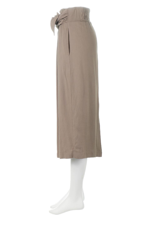 TwistedWaistNarrowSkirtツイストベルト・ナロースカート大人カジュアルに最適な海外ファッションのothers(その他インポートアイテム)のボトムやスカート。表面が凸凹しているので触り心地が少しざらつきがあるスラブ生地を用いたスカート。リボンを結んだようなウエストデザインがあるので、無地Tやシンプルなトップスと合わしてもこなれ感が出ます。/main-2
