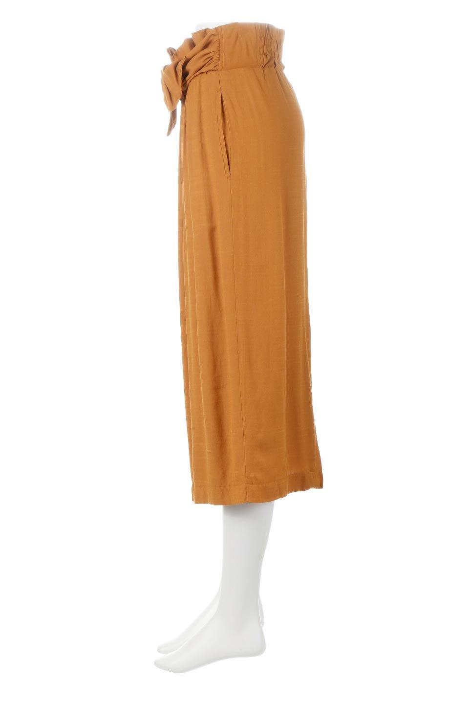 TwistedWaistNarrowSkirtツイストベルト・ナロースカート大人カジュアルに最適な海外ファッションのothers(その他インポートアイテム)のボトムやスカート。表面が凸凹しているので触り心地が少しざらつきがあるスラブ生地を用いたスカート。リボンを結んだようなウエストデザインがあるので、無地Tやシンプルなトップスと合わしてもこなれ感が出ます。/main-7