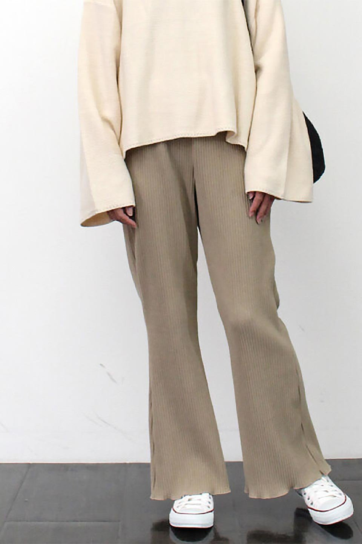 PleatedSemiFlarePantsプリーツ・セミフレアパンツ大人カジュアルに最適な海外ファッションのothers(その他インポートアイテム)のボトムやパンツ。中厚手のしっかりとしたダブルフェイス生地に、細かいプリーツが施されたセミフレアパンツです。膝から裾にかけてやや広がりのあるシルエットとなっています。/main-20