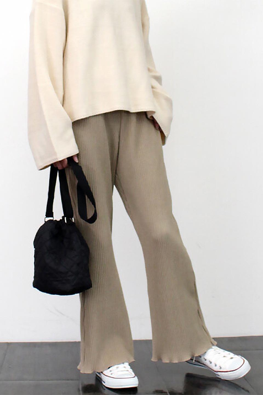 PleatedSemiFlarePantsプリーツ・セミフレアパンツ大人カジュアルに最適な海外ファッションのothers(その他インポートアイテム)のボトムやパンツ。中厚手のしっかりとしたダブルフェイス生地に、細かいプリーツが施されたセミフレアパンツです。膝から裾にかけてやや広がりのあるシルエットとなっています。/main-21