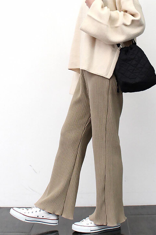 PleatedSemiFlarePantsプリーツ・セミフレアパンツ大人カジュアルに最適な海外ファッションのothers(その他インポートアイテム)のボトムやパンツ。中厚手のしっかりとしたダブルフェイス生地に、細かいプリーツが施されたセミフレアパンツです。膝から裾にかけてやや広がりのあるシルエットとなっています。/main-22