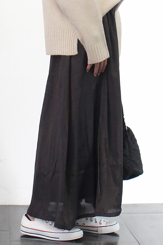 GatheredFlareShinnySkirtシャイニーポプリン・ギャザーフレアースカート大人カジュアルに最適な海外ファッションのothers(その他インポートアイテム)のボトムやスカート。上品な光沢がエレガントなロングフレアスカート。秋冬に合わせやすいロング丈で、それに合わせて裏地も長め。/main-24