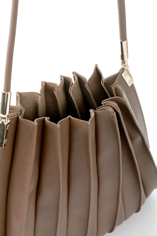 meliebiancoのCarrie(Chocolate)アコーディオンプリーツ・ミニショルダーバッグ/海外ファッション好きにオススメのインポートバッグとかばん、MelieBianco(メリービアンコ)のバッグやショルダーバッグ。アコーディオンプリーツの陰影が美しいポーチ付きのショルダーハンドバッグ。しっかりとしたビーガンレザーを使用しているので、プリーツがクタクタになることはありません。/main-7