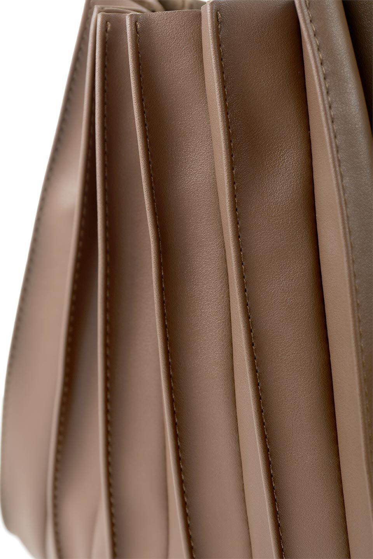meliebiancoのCarrie(Chocolate)アコーディオンプリーツ・ミニショルダーバッグ/海外ファッション好きにオススメのインポートバッグとかばん、MelieBianco(メリービアンコ)のバッグやショルダーバッグ。アコーディオンプリーツの陰影が美しいポーチ付きのショルダーハンドバッグ。しっかりとしたビーガンレザーを使用しているので、プリーツがクタクタになることはありません。/main-9
