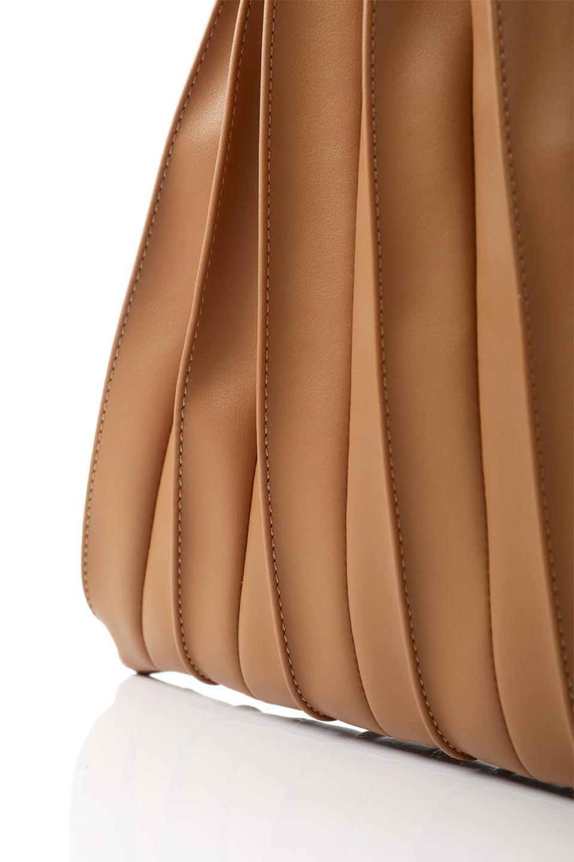 meliebiancoのCarrie(Tan)アコーディオンプリーツ・ミニショルダーバッグ/海外ファッション好きにオススメのインポートバッグとかばん、MelieBianco(メリービアンコ)のバッグやショルダーバッグ。アコーディオンプリーツの陰影が美しいポーチ付きのショルダーハンドバッグ。しっかりとしたビーガンレザーを使用しているので、プリーツがクタクタになることはありません。/main-10