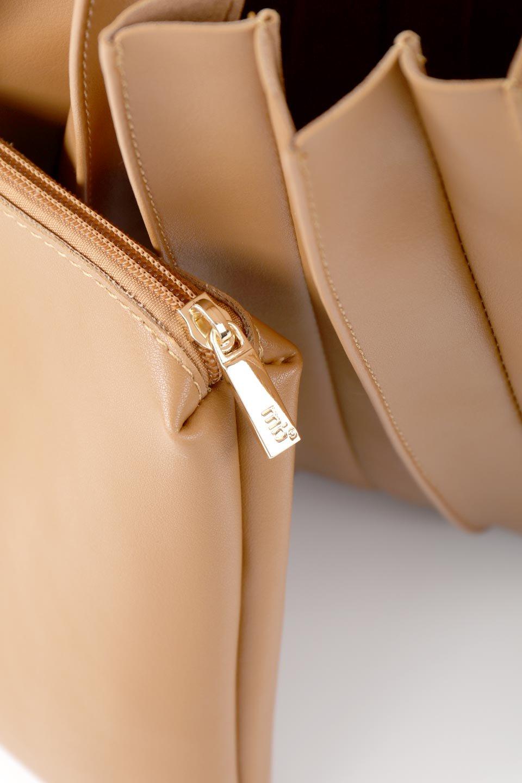 meliebiancoのCarrie(Tan)アコーディオンプリーツ・ミニショルダーバッグ/海外ファッション好きにオススメのインポートバッグとかばん、MelieBianco(メリービアンコ)のバッグやショルダーバッグ。アコーディオンプリーツの陰影が美しいポーチ付きのショルダーハンドバッグ。しっかりとしたビーガンレザーを使用しているので、プリーツがクタクタになることはありません。/main-14