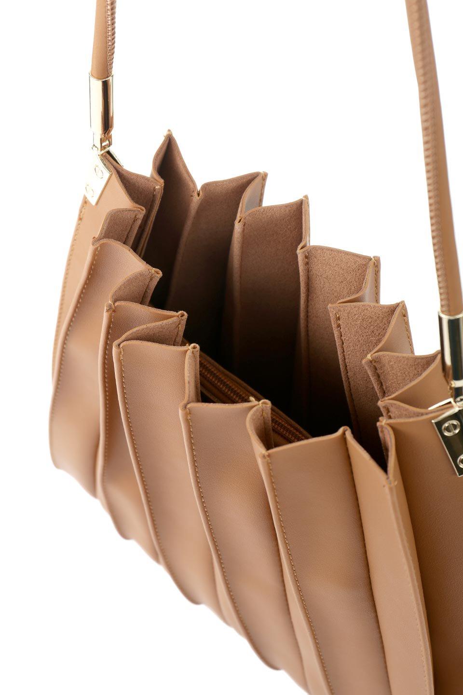 meliebiancoのCarrie(Tan)アコーディオンプリーツ・ミニショルダーバッグ/海外ファッション好きにオススメのインポートバッグとかばん、MelieBianco(メリービアンコ)のバッグやショルダーバッグ。アコーディオンプリーツの陰影が美しいポーチ付きのショルダーハンドバッグ。しっかりとしたビーガンレザーを使用しているので、プリーツがクタクタになることはありません。/main-6