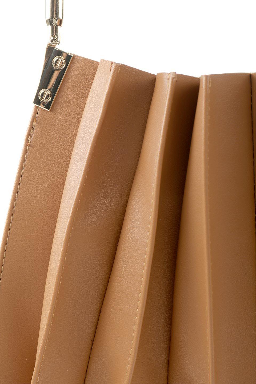 meliebiancoのCarrie(Tan)アコーディオンプリーツ・ミニショルダーバッグ/海外ファッション好きにオススメのインポートバッグとかばん、MelieBianco(メリービアンコ)のバッグやショルダーバッグ。アコーディオンプリーツの陰影が美しいポーチ付きのショルダーハンドバッグ。しっかりとしたビーガンレザーを使用しているので、プリーツがクタクタになることはありません。/main-9
