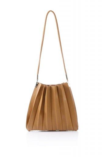 海外ファッションや大人カジュアルのためのインポートバッグ、かばんmelie bianco(メリービアンコ)のCarrie (Tan) アコーディオンプリーツ・ミニショルダーバッグ