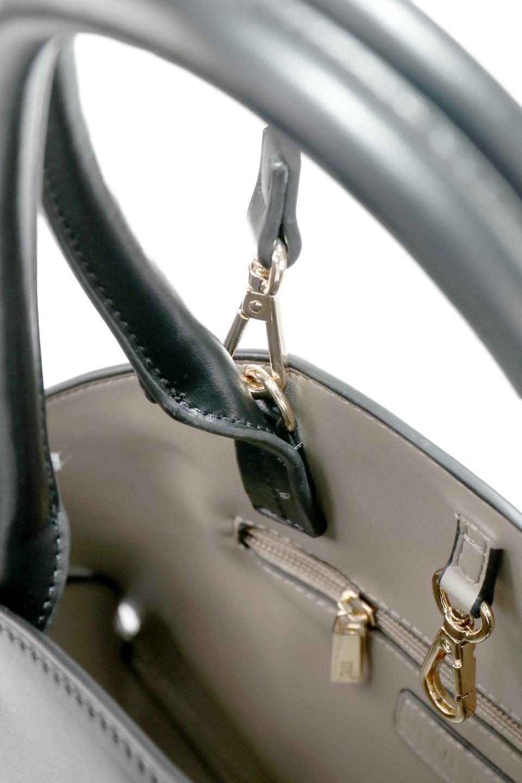 meliebiancoのAusten(Black)ポーチ付き・ラウンドハンドバッグ/海外ファッション好きにオススメのインポートバッグとかばん、MelieBianco(メリービアンコ)のバッグやショルダーバッグ。ミニマルデザインのポーチ付きハンドバッグ。シンプルでコーデの邪魔をしない上品な雰囲気を醸し出すアイテムです。/main-13
