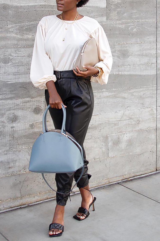meliebiancoのAusten(Black)ポーチ付き・ラウンドハンドバッグ/海外ファッション好きにオススメのインポートバッグとかばん、MelieBianco(メリービアンコ)のバッグやショルダーバッグ。ミニマルデザインのポーチ付きハンドバッグ。シンプルでコーデの邪魔をしない上品な雰囲気を醸し出すアイテムです。/main-18