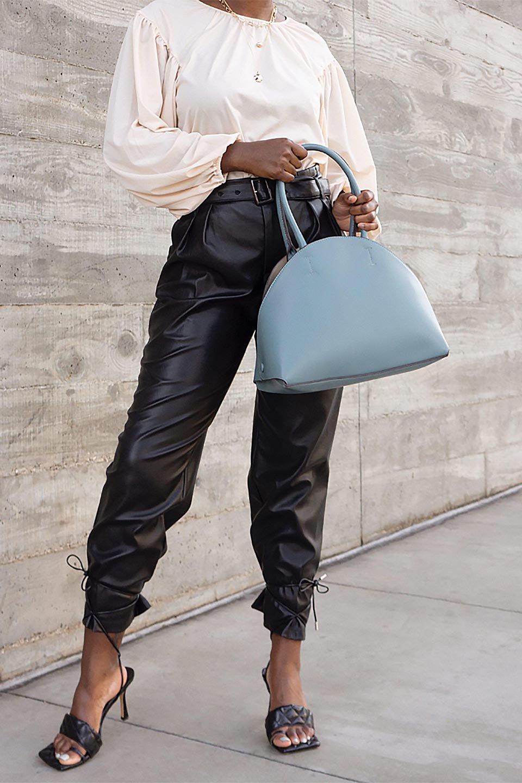 meliebiancoのAusten(Black)ポーチ付き・ラウンドハンドバッグ/海外ファッション好きにオススメのインポートバッグとかばん、MelieBianco(メリービアンコ)のバッグやショルダーバッグ。ミニマルデザインのポーチ付きハンドバッグ。シンプルでコーデの邪魔をしない上品な雰囲気を醸し出すアイテムです。/main-19