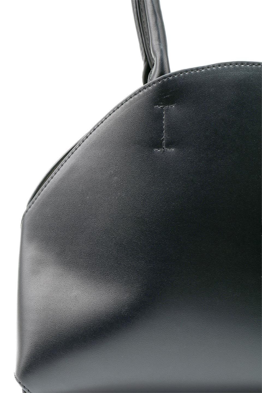 meliebiancoのAusten(Black)ポーチ付き・ラウンドハンドバッグ/海外ファッション好きにオススメのインポートバッグとかばん、MelieBianco(メリービアンコ)のバッグやショルダーバッグ。ミニマルデザインのポーチ付きハンドバッグ。シンプルでコーデの邪魔をしない上品な雰囲気を醸し出すアイテムです。/main-8
