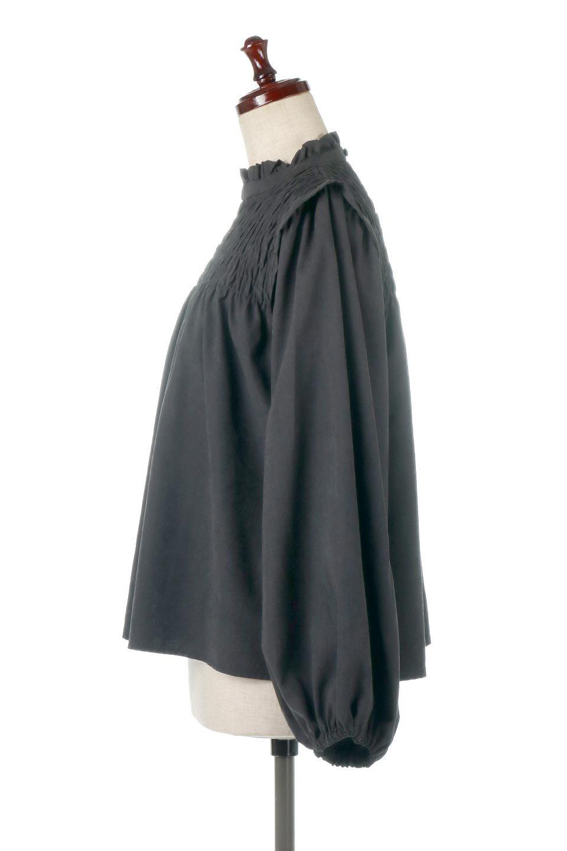 ShirringDetailPuffSleeveBlouseパフスリーブ・シャーリングブラウス大人カジュアルに最適な海外ファッションのothers(その他インポートアイテム)のトップスやシャツ・ブラウス。温かみのあるピーチフェイス加工の生地を使用した長袖ブラウス。フロントのシャーリングからの控えめなハイネックが可愛いピント。/main-12